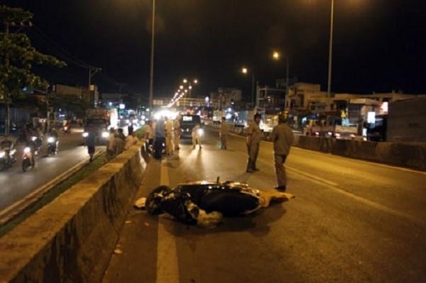 Chồng tông xe vào thành cầu, vợ tử vong tại chỗ - ảnh 1