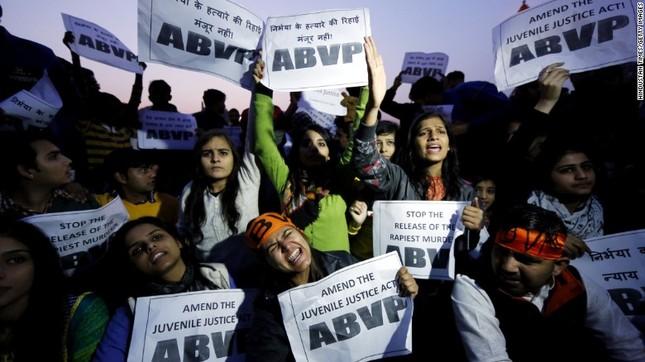 Ấn Độ: Hàng trăm người biểu tình phản đối phóng thích kẻ hiếp dâm - ảnh 1