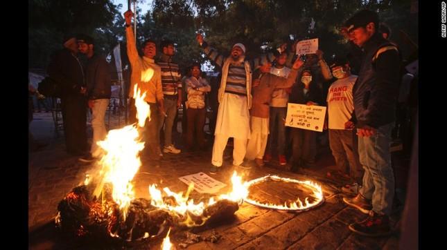 Ấn Độ: Hàng trăm người biểu tình phản đối phóng thích kẻ hiếp dâm - ảnh 2