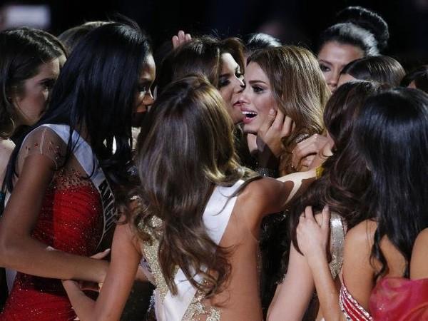 Clip: Sự cố trao nhầm vương miện tại Hoa hậu Hoàn vũ 2015 - ảnh 7