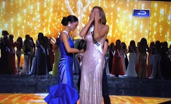 Clip: Sự cố trao nhầm vương miện tại Hoa hậu Hoàn vũ 2015 - ảnh 1