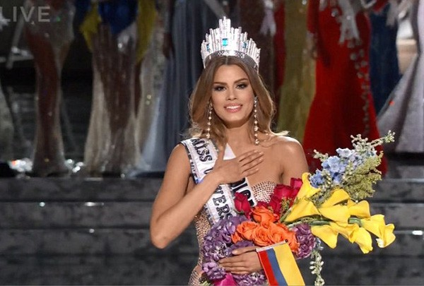 Clip: Sự cố trao nhầm vương miện tại Hoa hậu Hoàn vũ 2015 - ảnh 2