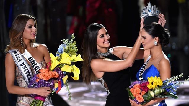 Clip: Sự cố trao nhầm vương miện tại Hoa hậu Hoàn vũ 2015 - ảnh 6