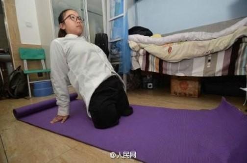 Cảm động cô bé khuyết tật nhận học bổng trường Hoàng gia - ảnh 2