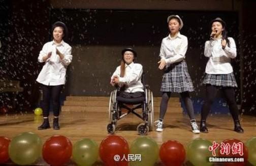 Cảm động cô bé khuyết tật nhận học bổng trường Hoàng gia - ảnh 4