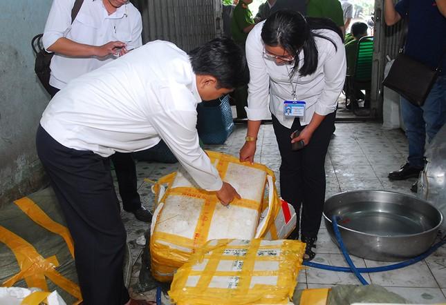 Bắt giữ hơn 2 tấn nầm lợn thối chuẩn bị lọt vào thị trường TP.HCM - ảnh 1
