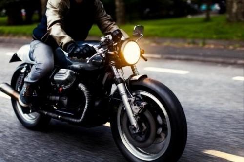 'Ép' xe máy bật đèn ban ngày gây lãng phí, nhiêu khê? - ảnh 1