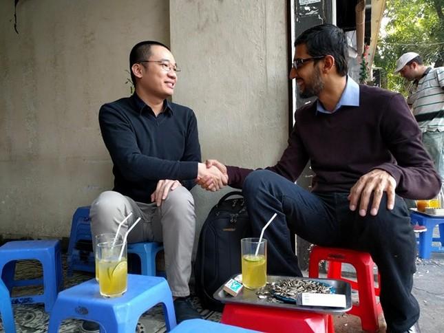 CEO Google ăn kẹo dồi chó, uống trà chanh vỉa hè với Nguyễn Hà Đông - ảnh 1