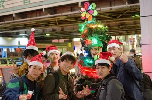 Anh chàng cây thông Noel kỳ lạ tại Tokyo - ảnh 2