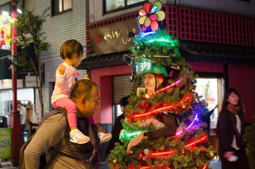 Anh chàng cây thông Noel kỳ lạ tại Tokyo - ảnh 3