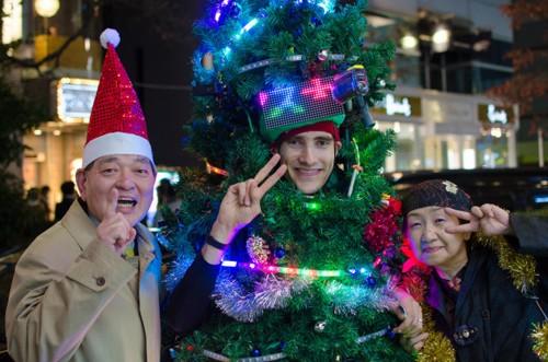 Anh chàng cây thông Noel kỳ lạ tại Tokyo - ảnh 1