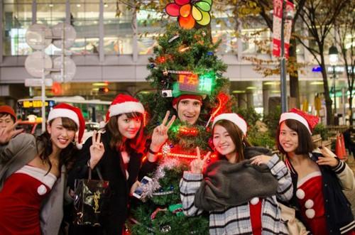 Anh chàng cây thông Noel kỳ lạ tại Tokyo - ảnh 4