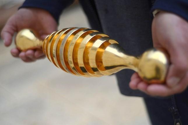 Tìm được vật thể lạ dát vàng 24 cara tại khu mộ cổ Jerusalem - ảnh 1