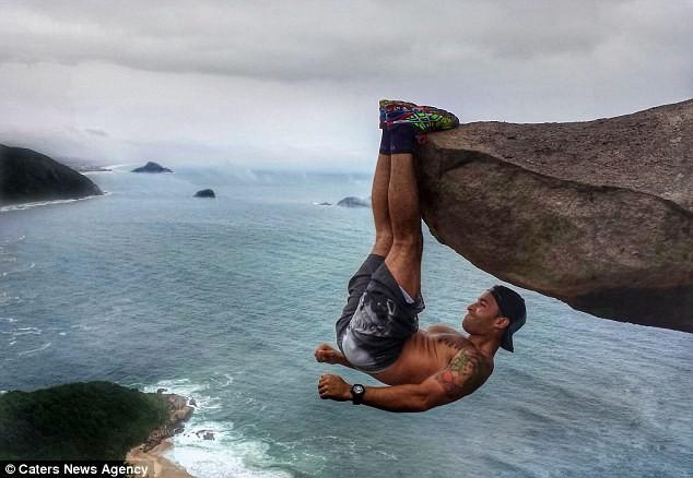 'Ngã ngửa' với sự thật sau bức ảnh chàng trai 'đu trên vách đá' - ảnh 1