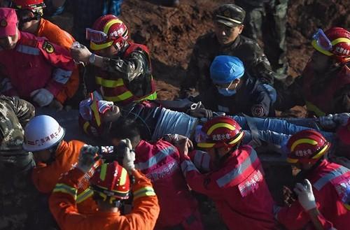 Nạn nhân đầu tiên sống sót trong vụ lở đất ở Trung Quốc - ảnh 1