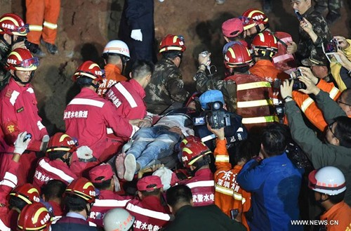 Nạn nhân đầu tiên sống sót trong vụ lở đất ở Trung Quốc - ảnh 2