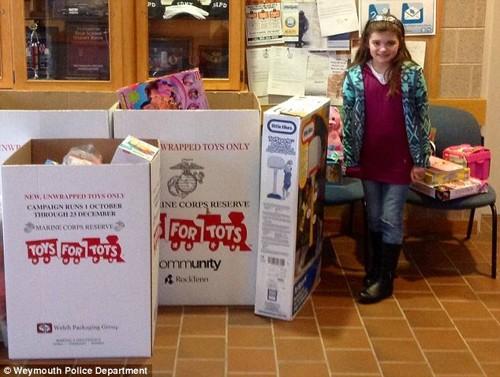 Cô bé 9 tuổi tặng toàn bộ quà sinh nhật cho trẻ em nghèo - ảnh 1