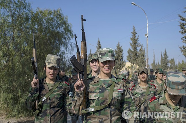 Cận cảnh nữ học viên quân sự luyện tập tại vùng chiến sự ở Syria - ảnh 1