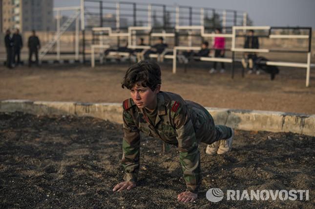 Cận cảnh nữ học viên quân sự luyện tập tại vùng chiến sự ở Syria - ảnh 3