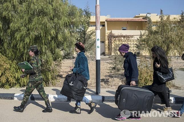 Cận cảnh nữ học viên quân sự luyện tập tại vùng chiến sự ở Syria - ảnh 4