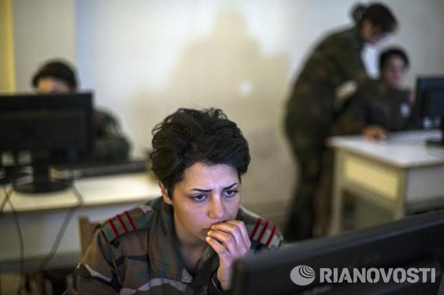 Cận cảnh nữ học viên quân sự luyện tập tại vùng chiến sự ở Syria - ảnh 8