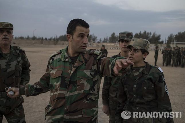 Cận cảnh nữ học viên quân sự luyện tập tại vùng chiến sự ở Syria - ảnh 9