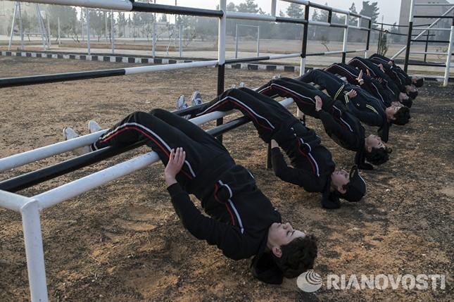 Cận cảnh nữ học viên quân sự luyện tập tại vùng chiến sự ở Syria - ảnh 10