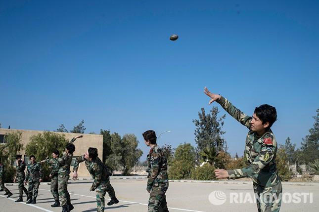 Cận cảnh nữ học viên quân sự luyện tập tại vùng chiến sự ở Syria - ảnh 12