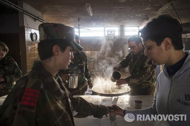 Cận cảnh nữ học viên quân sự luyện tập tại vùng chiến sự ở Syria - ảnh 13