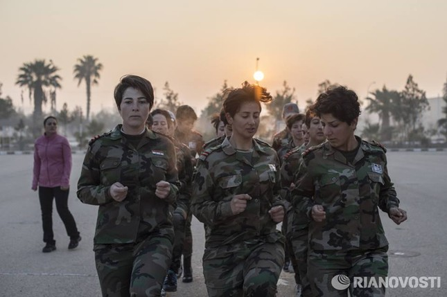Cận cảnh nữ học viên quân sự luyện tập tại vùng chiến sự ở Syria - ảnh 2
