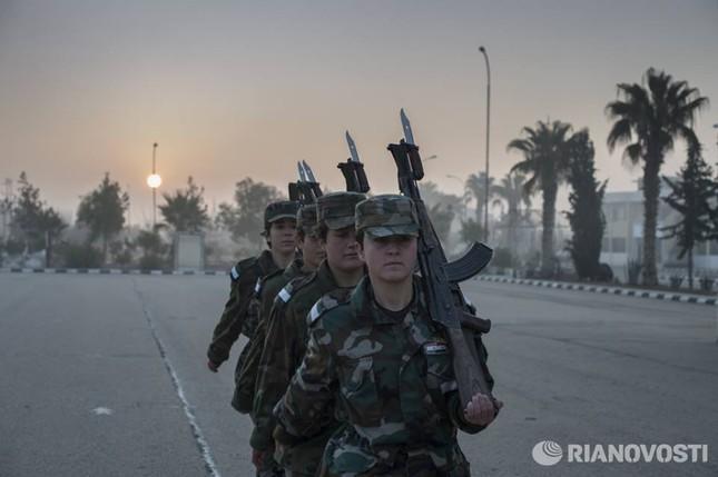 Cận cảnh nữ học viên quân sự luyện tập tại vùng chiến sự ở Syria - ảnh 11