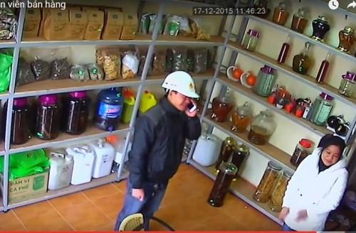 Hà Nội: Nữ nhân viên bị thôi miên lừa tiền ngay tại cửa hàng? - ảnh 1
