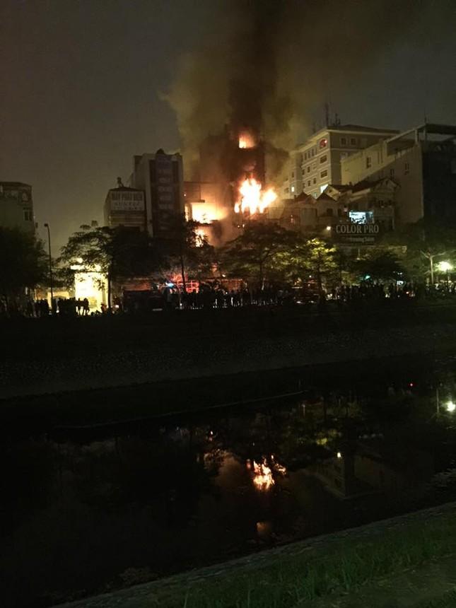 Cháy lớn thiêu rụi quán cafe nổi tiếng trên đường Nguyễn Khang - ảnh 2