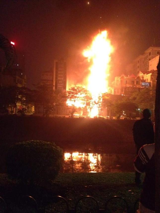 Cháy lớn thiêu rụi quán cafe nổi tiếng trên đường Nguyễn Khang - ảnh 1