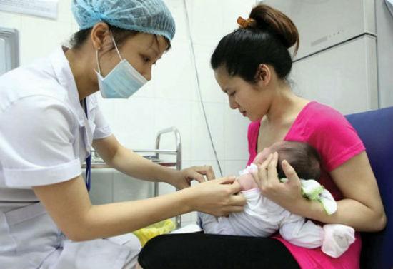 Lý do cha mẹ đội mưa xếp hàng tiêm vắc-xin 5 trong 1 cho con - ảnh 1