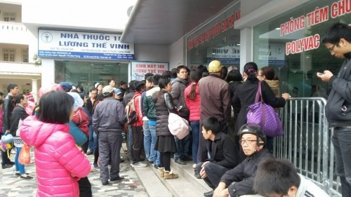 Cảnh chen lấn, ngất xỉu chờ tiêm vaccine cho trẻ tại Hà Nội - ảnh 1