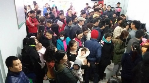 Cảnh chen lấn, ngất xỉu chờ tiêm vaccine cho trẻ tại Hà Nội - ảnh 2