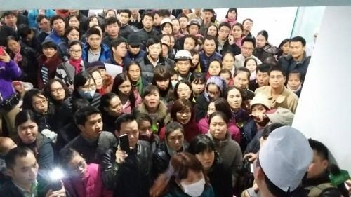 Cảnh chen lấn, ngất xỉu chờ tiêm vaccine cho trẻ tại Hà Nội - ảnh 3