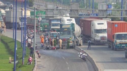 Xe bồn mất lái, tông liên tiếp 6 xe máy trên xa lộ Hà Nội - ảnh 1