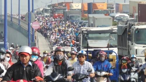 Xe bồn mất lái, tông liên tiếp 6 xe máy trên xa lộ Hà Nội - ảnh 3