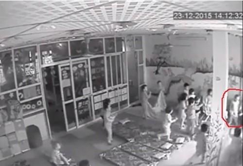 Bé trai bị cô giáo mầm non đánh đập, lột quần áo vì tè dầm - ảnh 2