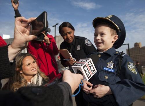 Bé 7 tuổi trở thành cảnh sát trưởng trong 1 ngày - ảnh 6