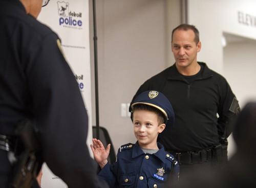 Bé 7 tuổi trở thành cảnh sát trưởng trong 1 ngày - ảnh 4