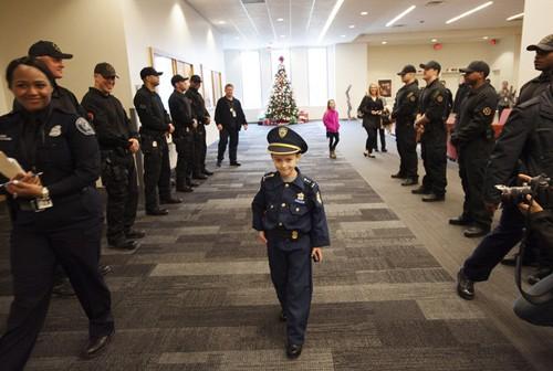Bé 7 tuổi trở thành cảnh sát trưởng trong 1 ngày - ảnh 1