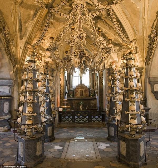 Khám phá nhà thờ được trang trí bằng 40.000 bộ hài cốt - ảnh 1