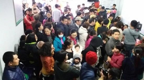 'Vỡ trận' tiêm vắc xin ở Hà Nội: Bệnh viện xin lỗi người dân - ảnh 1