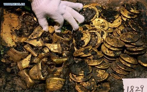 Phát hiện hàng trăm thỏi vàng bên trong mộ 2.000 năm - ảnh 2