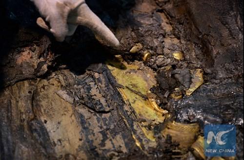 Phát hiện hàng trăm thỏi vàng bên trong mộ 2.000 năm - ảnh 8