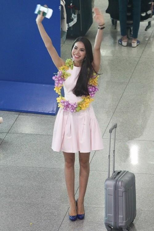 Phạm Hương ôm mẹ bật khóc tại sân bay khi vừa về nước - ảnh 1