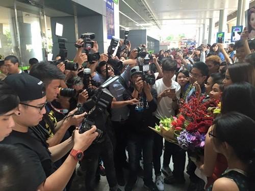 Phạm Hương ôm mẹ bật khóc tại sân bay khi vừa về nước - ảnh 2